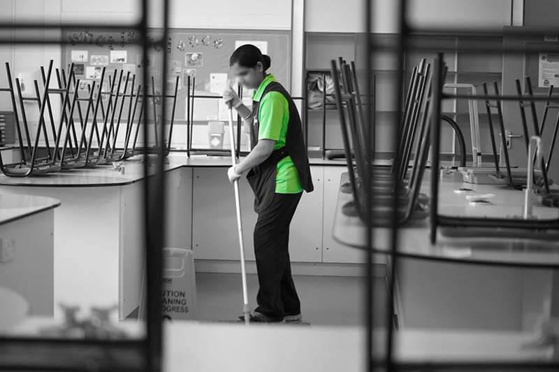 equipo formado en limpieza colegios